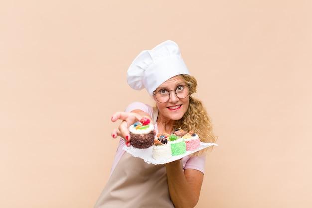 ケーキを調理する中年のパン屋の女性