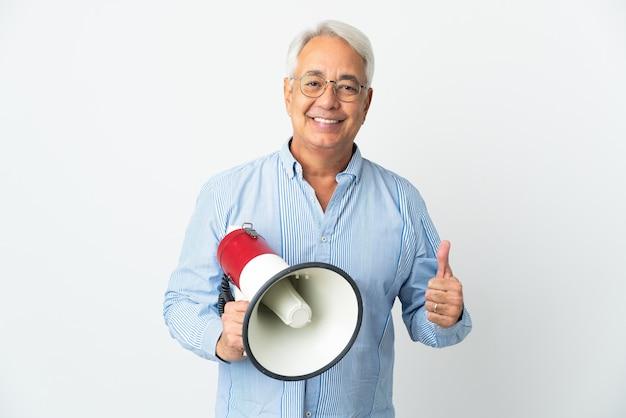 Бразильский мужчина среднего возраста изолирован, держа мегафон большим пальцем вверх