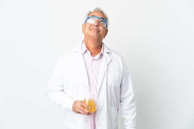 白い背景で隔離され、見上げる中年ブラジルの科学者科学