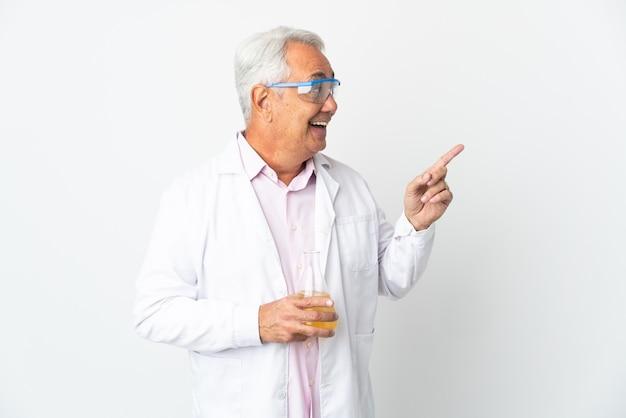 손가락을 들어 올리는 동안 솔루션을 실현하려는 흰색 배경에 고립 된 중년 브라질 과학 남자 과학