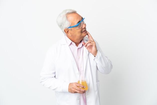 Бразильский ученый среднего возраста, научный изолирован на белом фоне, глядя вверх, улыбаясь
