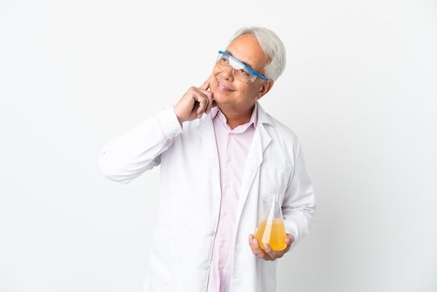 Бразильский ученый среднего возраста, научный изолирован на белом фоне, думая об идее, глядя вверх