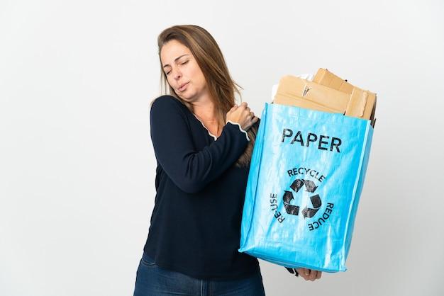 종이의 전체 재활용 가방을 들고 중년 브라질 여자