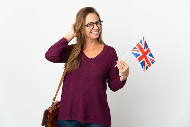 의심을 갖는 흰색 배경에 고립 된 영국 국기를 들고 중년 브라질 여자
