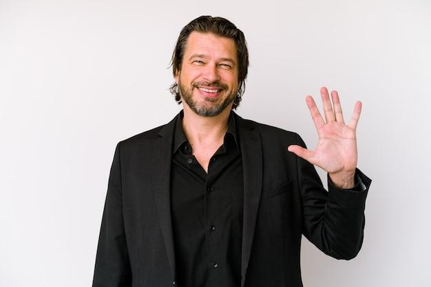 指で5番を示す陽気な笑顔の白い背景に分離された中年ビジネスオランダ人。