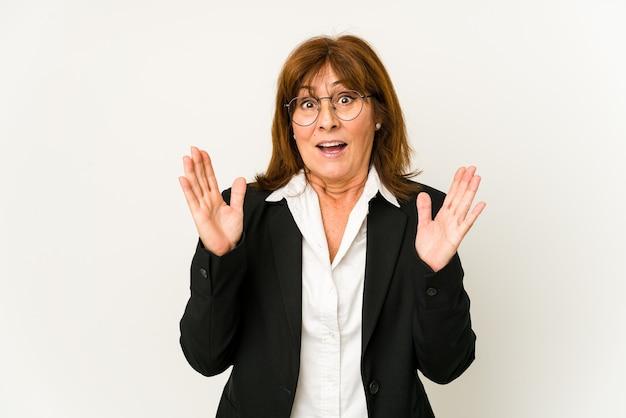 Деловая женщина среднего возраста изолирована удивлена и шокирована