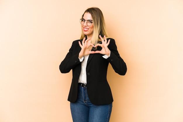 웃 고 손으로 심장 모양을 보여주는 중 년 비즈니스 여자.
