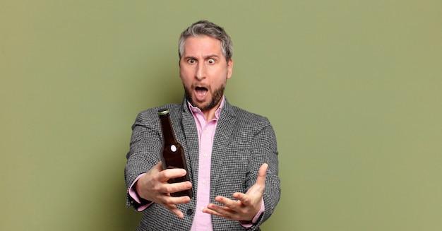 ビールを持っている中年のビジネスマン