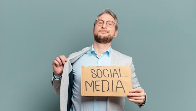 Бизнесмен среднего возраста. концепция социальных сетей