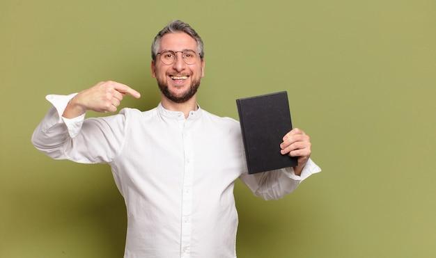Бизнесмен среднего возраста с книгой