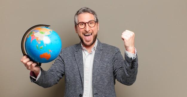 세계 세계지도와 중년 사업가