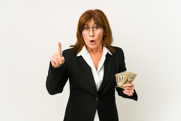 아이디어, 영감 개념을 갖는 절연 지폐를 들고 중년 백인 비즈니스 여자.