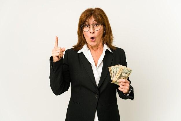 몇 가지 좋은 아이디어, 창의성의 개념을 갖는 절연 지폐를 들고 중년 백인 비즈니스 여자.