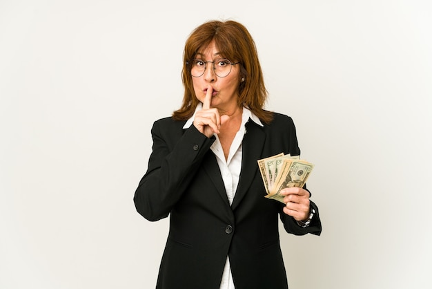 지폐를 들고 중년 백인 비즈니스 여자는 비밀을 유지하거나 침묵을 요구하는 격리.