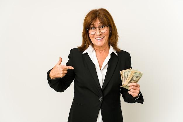 셔츠 복사 공간을 손으로 가리키는 지폐 고립 된 사람을 들고 중년 백인 비즈니스 여자, 자랑스럽고 자신감