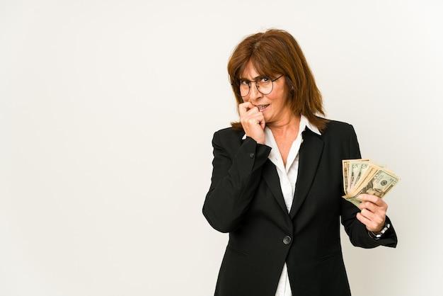 지폐를 들고 중년 백인 비즈니스 여자 복사본 공간을 찾고 뭔가 대해 편안한 생각을 격리합니다.
