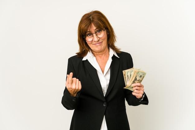 초대하는 것처럼 당신 손가락으로 가리키는 지폐를 들고 중 년 백인 비즈니스 여자 가까이와 서.