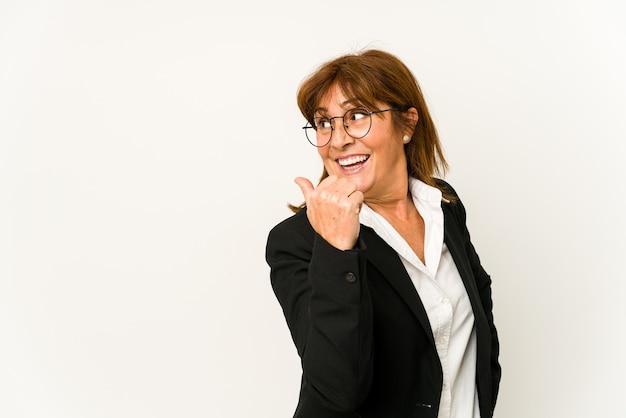 중년 백인 비즈니스 여자는 엄지 손가락으로 멀리, 웃음과 평온한 포인트를 격리합니다.
