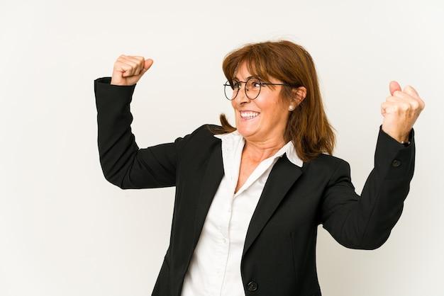 승리, 승자 개념 후 주먹을 올리는 중년 백인 비즈니스 여자.