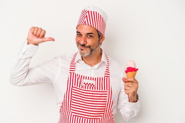 白い背景で隔離のアイスクリームを保持している中年の白人の製氷機白人男性は、誇りと自信を持って感じます。