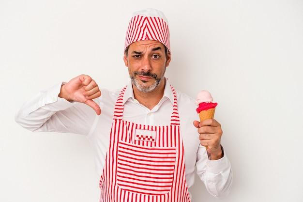 嫌いなジェスチャーを示す白い背景で隔離のアイスクリームを保持している中年の白人製氷機白人男性は、親指を下に向けます。不一致の概念。