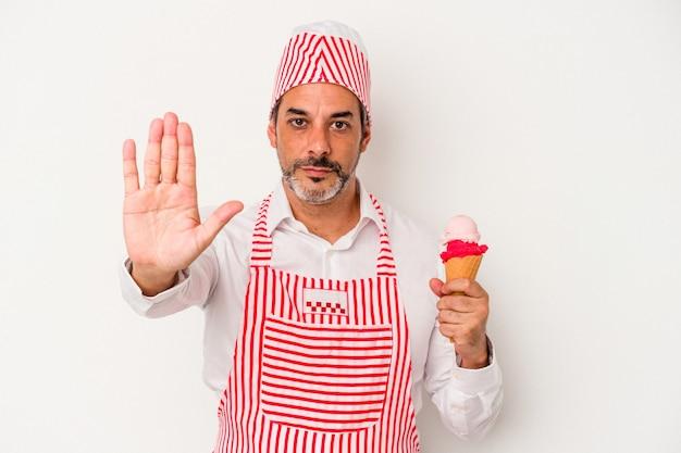 中年の白人製氷機白人男性は、白い背景で隔離のアイスクリームを持って、一時停止の標識を示している手を伸ばして立って、あなたを防ぎます。