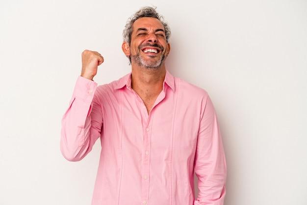 勝利、情熱と熱意、幸せな表現を祝う白い背景に分離された中年の白人男性。
