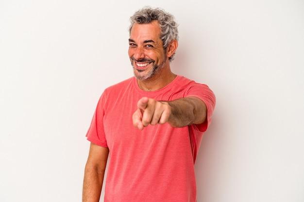白い背景に孤立した中年の白人男性は、正面を指している陽気な笑顔。