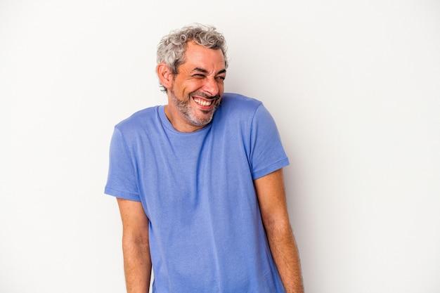 白い背景で隔離された中年の白人男性は笑って目を閉じ、リラックスして幸せな気分になります。