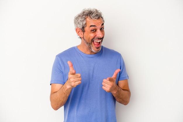指で正面を指している白い背景に分離された中年の白人男性。