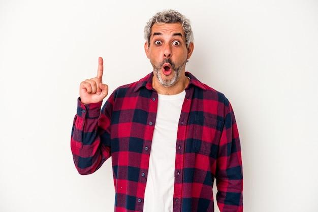 口を開けて逆さまを指している白い背景に分離された中年の白人男性。
