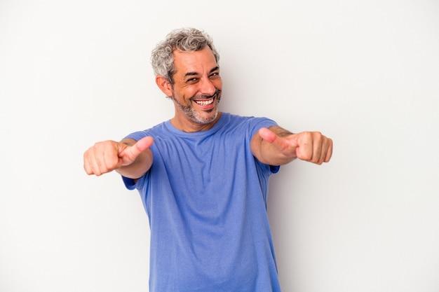 中年の白人男性は、白い背景で隔離され、両方の親指を上げて、笑顔で自信を持っています。