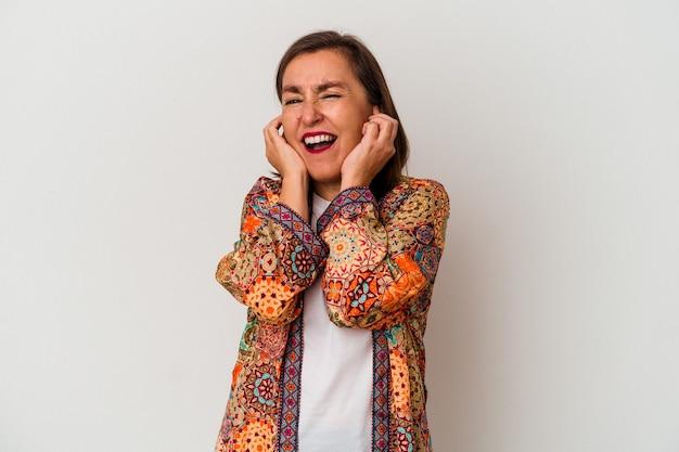 Кавказская женщина среднего возраста, изолированные на белом фоне, закрывая уши руками.