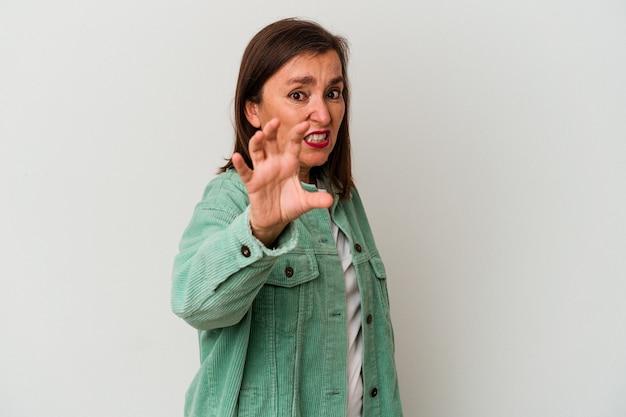 猫、攻撃的なジェスチャーを模倣する爪を示す白い背景に分離された中年の白人女性。