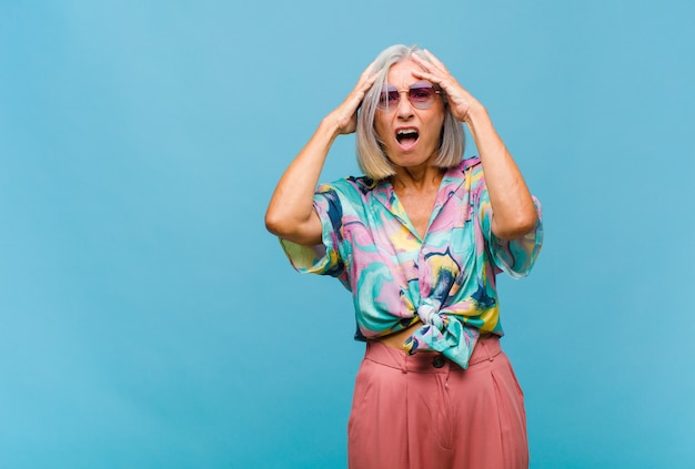 Классная женщина среднего возраста с красивыми волосами изолированы