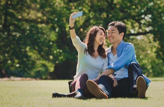 Пара среднего возраста проводит время вместе в токио в солнечный осенний день