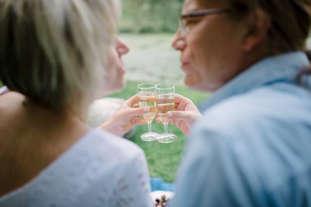 Пара среднего возраста со своим питомцем на пикнике