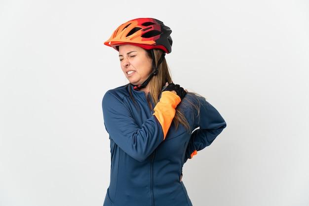 努力したために肩の痛みに苦しんでいる白い背景で隔離の中年サイクリストの女性