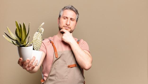 サボテンと中年の庭師の男