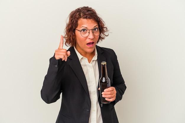 アイデア、インスピレーションのコンセプトを持つ白い背景で隔離のビールを保持している中年ラテンビジネス女性。