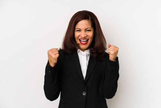Изолированная бизнес-леди среднего возраста латинская приветствуя беззаботную и возбужденную. концепция победы.