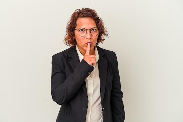秘密を保持するか、沈黙を求めて白い背景で隔離される中年ラテンビジネスの女性。