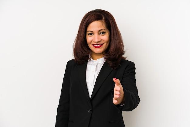 Латинская бизнес-леди среднего возраста изолировала протягивая руку на камеру в жесте приветствия.