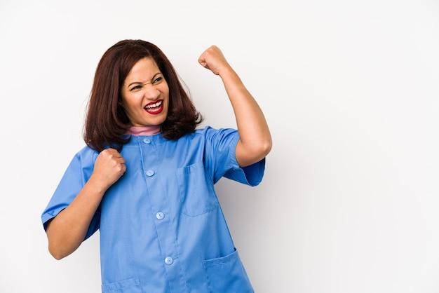 Латинская медсестра среднего возраста