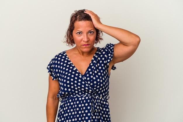 ショックを受けている白い背景で隔離された中年のラテン女性、彼女は重要な会議を覚えています。