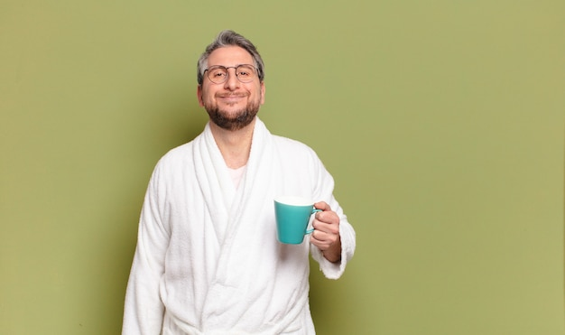 コーヒーカップで目覚めている中年男性