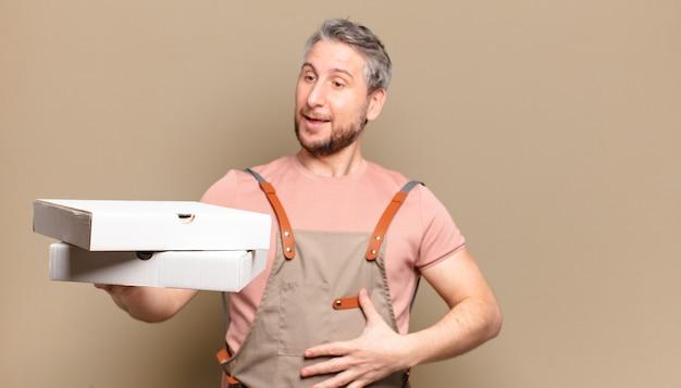 Шеф-повар человека среднего возраста. концепция пиццы на вынос