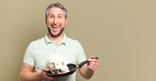 인간의 두개골을 들고 중년 남자