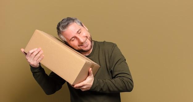 パッケージを保持している中年男性