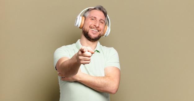 Мужчина среднего возраста слушает музыку в наушниках
